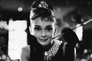 Audrey Hepburn seria uma bonequinha muito mais luxuosa sem a piteira