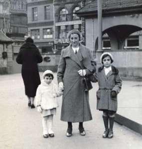 Anne Frank, a mãe e a irmã Margot antes da ocupação nazista