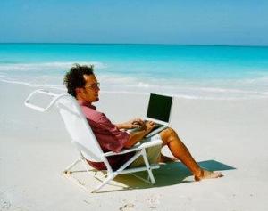 O melhor dos mundos para os adeptos do home-office é poder exercer suas atividades de bermuda, de preferência, de frente para o mar